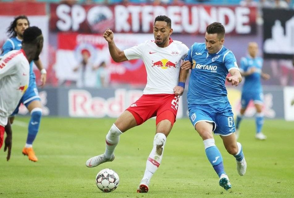 Alexandru Baluta, de la CSU Craiova, in duel cu Matheus Cunha, de la Leipzig, in UEFA Europa League