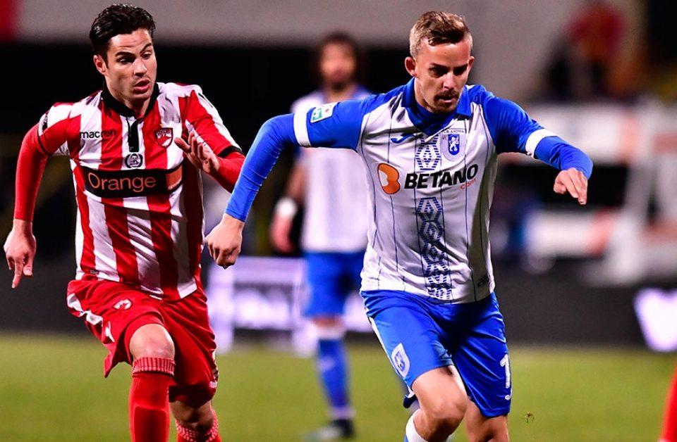 Nicusor Bancu, jucator CSU Craiova, in duel cu Aytor Monroy, de la Dinamo - Romania - Liga I