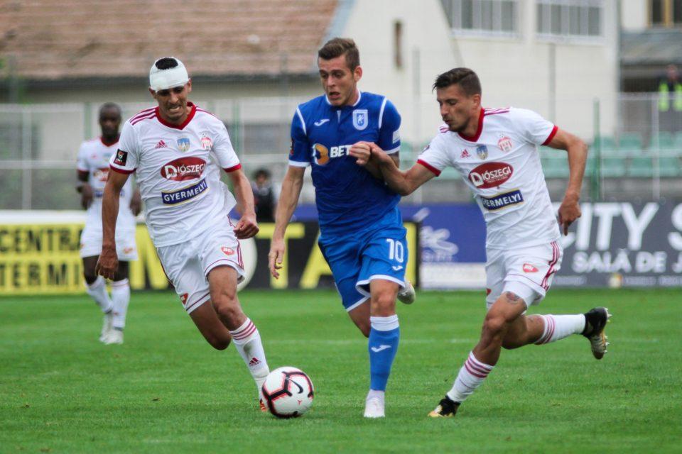 Alexandru Cicaldau, jucătorul de la CSU Craiova, în duel cu doi jucători de la Sepsi OSK, România, Liga I